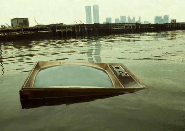 Un televisor flotando en el río. Fotografía: Steven Siegel.