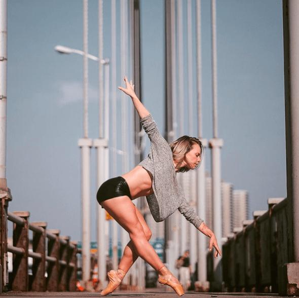 La bailarina Jacline Henrichs  en el Puente George Washington de Nueva York. Foto: Omar Z. Robles. (Pincha en la imagen para ir a Instagram).