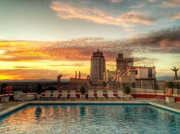 Atardecer en la ciudad de Madrid desde la piscina de un hotel. Foto: Manuel Cuéllar.