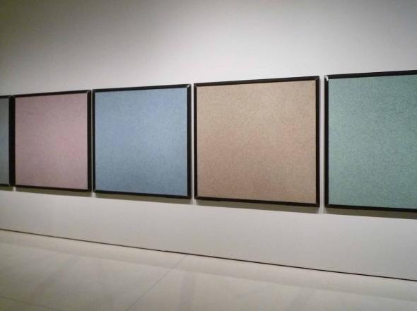 """Ignasi Aballí. Papel moneda, 2010. Billetes de euro triturados. Colección """"La Caixa. Arte Contemporáneo""""."""