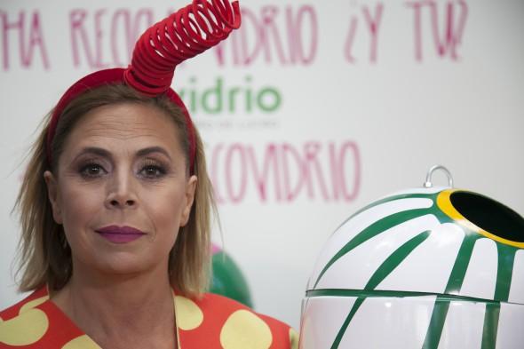 La diseñadora Agatha Ruiz de la Prada con sus contenedores de reciclaje.