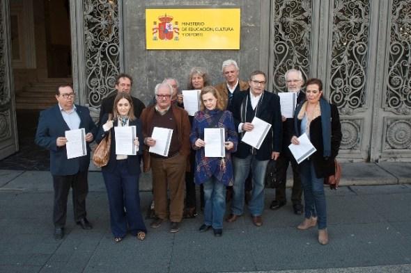 Creadores frente al Ministerio presentan un manifiesto contra las políticas culturales del PP.