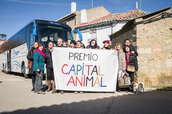 Varios de los artistas que viajaron al pueblo de Trigueros del Valle a entregar el primer premio Capital Animal.