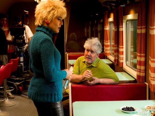 Adriana Ugarte recibe instrucciones de Pedro Almodóvar durante el rodaje de 'Julieta'.