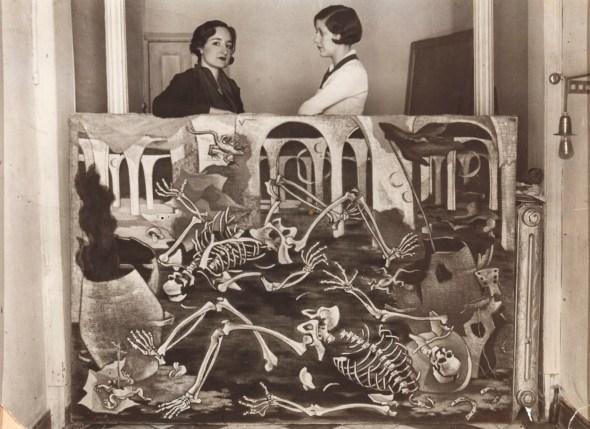 Maruja Mallo con Josefina Carabias, apoyada sobre su óleo Antro de fósiles, Madrid, 1931. Guillermo de Osma, Madrid.