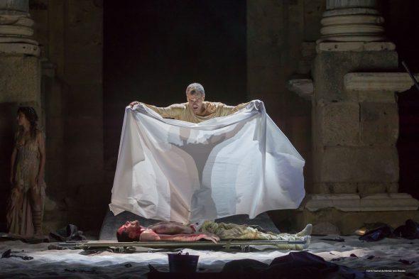 Aquiles (Toni Cantó) cubre el cuerpo de Patroclo (Octavi Pujades) asesinado por Héctor en la obra 'Aquiles, el hombre'. Foto: Jero