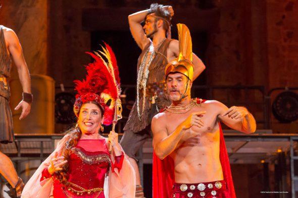 Verónica Forqué y Javier Mora durante un momento de la representación de 'Los Hilos de Vulcano' en Mérida.