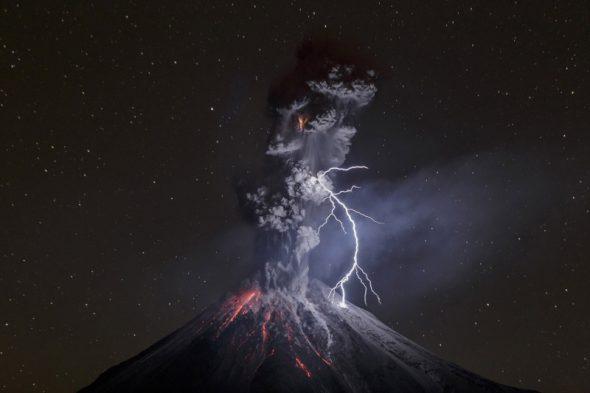 Naturaleza, Tercer Premio, fotografías individuales Foto de Sergio Tapiro, Mexico, El poder de la naturaleza 13 de diciembre de 2015. El volcán Colima erupciona lanzando rocas, rayos y ríos de lava. Este volcán, uno de los más activos de México, mostró un incremento en su actividad desde el mes de julio.Los rayos en las erupciones volcánicas se generan cuando fragmentos de roca, ceniza y partículas de hielo chocan en la cima, produciendo cargas estáticas, igual que se producen en las nubes por las partículas de hielo.