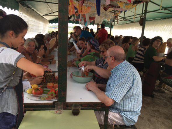 El público prepara los ingredientes para cocinar junto a los artistas. Foto: S. M.