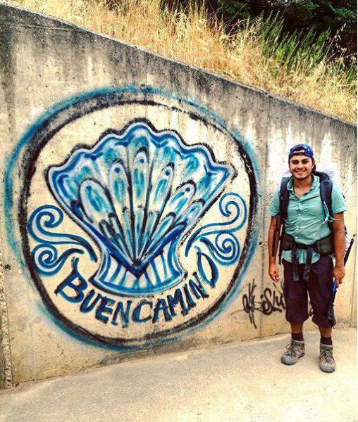 Peregrino junto a una pintada en el camino. Foto: Instagram/@irahetad