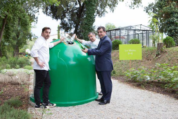 Los tres hermanos Roca junto a un contenedor de reciclado de vidrio. © CRISTIAN DI STEFANO