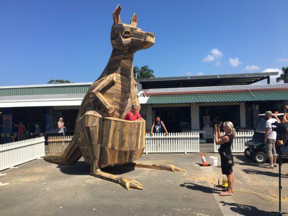 Canguro de madera reciclada de