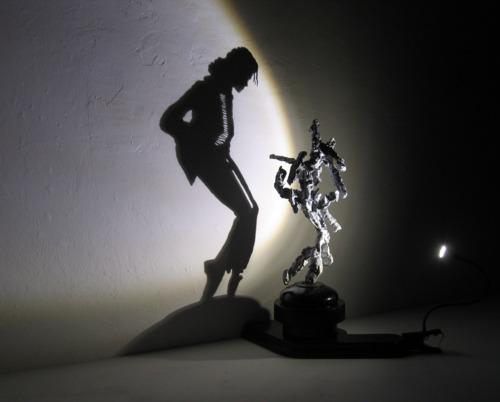 La sombra de Michael Jackson proyectada por una escultura de basura. Obra de