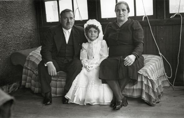Niña de Primera Comunión entre sus abuelos (Sotrondio, 1944). Copyright Museo del Pueblo de Asturias