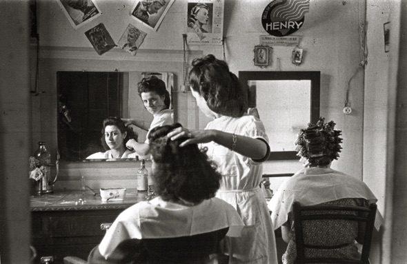 Peluquería de señoras. (Sama de Langreo, 1946). Copyright Museo del Pueblo de Asturias
