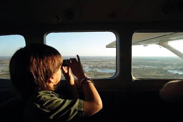 """El pequeño Unai en una avioneta. Un fotograma del documental 'El viaje de Unai""""."""