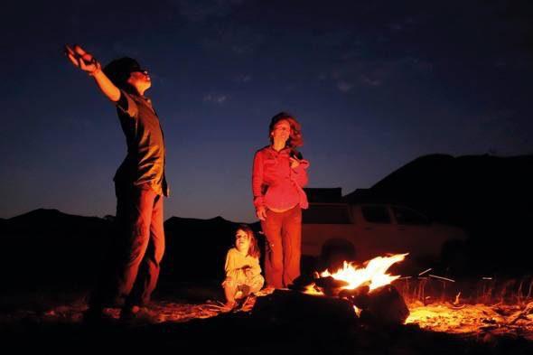 Fotograma del documental 'El viaje de Unai'. Una hoguera en el desierto para ver las estrellas.