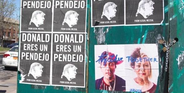 Donald Eres Un Pendejo! Carteles de Illegal Mezcal (Mexicanos). Durante las eleciones presidenciales de Estados Unidos. Esta foto esta tomada en Long Island City en el barrio de Queens en Nueva York.