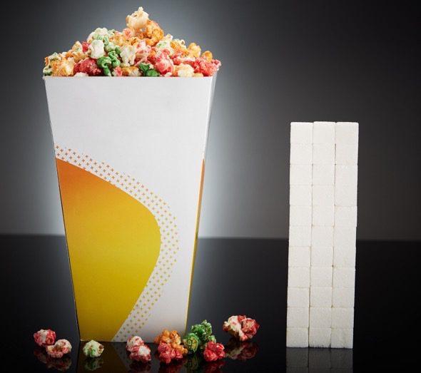 Un envase mediano de palomitas de maíz dulces (250g) contienen 132g de azúcar, equivalente a 33 terrones.