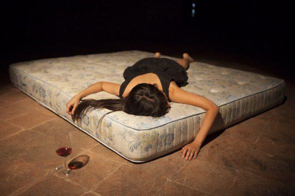 Una acción titulada 'La siesta' de la performer Regina José Galindo. Foto: Marco Nari.