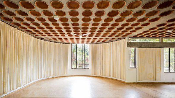 Interior de un edificio de una comunidad ecológica. Foto: Javier Callejas.