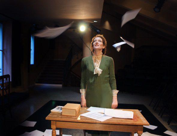 La actriz Clara Sanchis interpreta a Virginia Woolf en 'Una habitación propia' en el Teatro Español.