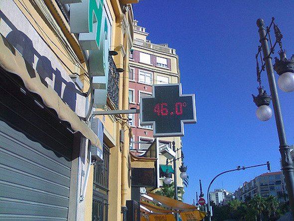 Un termómetro marca 46 grados al sol en Valencia en plena ola de calor.