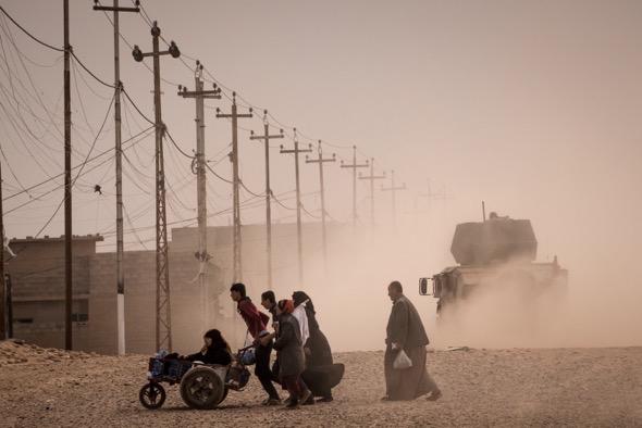 Residentes en Mosul huyen de la guerra entre las fuerzas iraquíes y el Estado Islámico. Foto: Sergey Ponomarev / The New York Times.