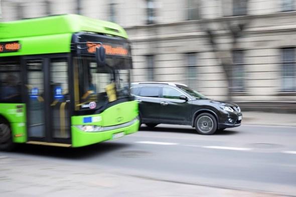 Transporte público frente a vehículo privado para reducir la contaminación urbana. Foto: Pixabay.