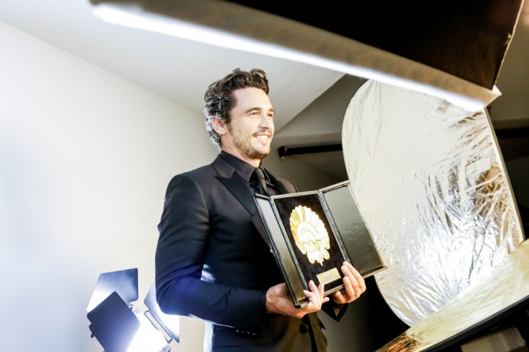 El actor y director James Franco con la Concha de Oro por su película 'The disaster artist'. Foto: Montse Castillo.