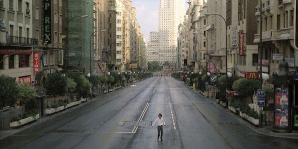 Fotograma de la película 'Abre los ojos' para la que Alejandro Amenábar vació de coches la Gran Vía de Madrid.