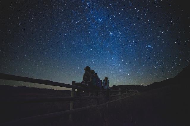 Mirar las estrellas. Foto: Pixabay.