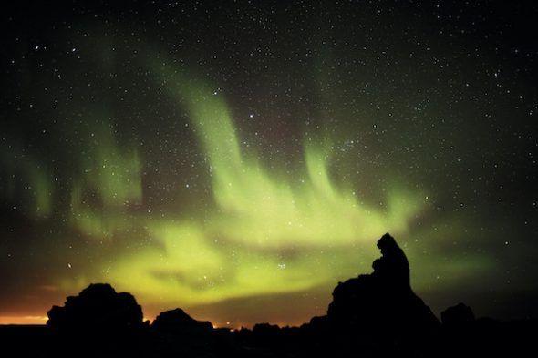 La falta de luz regala auroras boreales. Foto: Andoni Canela.