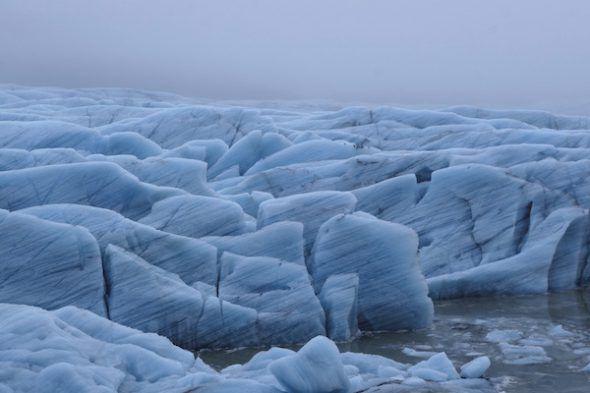 Glaciares veteados como con heridas. Foto: Andoni Canela.