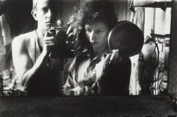 Ed van der Elske Sefl-portrait with Ata Kandó, Paris, [Autorretrato con Ata Kandó, París], 1952. Copia a la gelatina de plata, 24 x 35, 8 cm. Nederlands Fotomuseum / © Ed van der Elsken / Collection Ed van der Elsken Estate