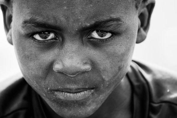 El taller de escritura quiere enseñarnos a aprender a mirar, por ejemplo que se esconde tras los ojos de este niño. Cuál es su historia. Cuál su futuro. Foto: Pixabay.