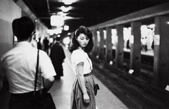 Ed van der Elsken Girl in the subway, Tokyo [Chica en el metro, Tokio], 1981. Copia a la gelatina de plata, 23,7 x 30,9 cm. Nederlands Fotomuseum / © Ed van der Elsken / Collection Stedelijk Museum Amsterdam.
