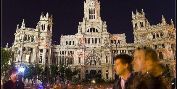 Gente paseando frente a la sede del Ayuntamiento de Madrid.
