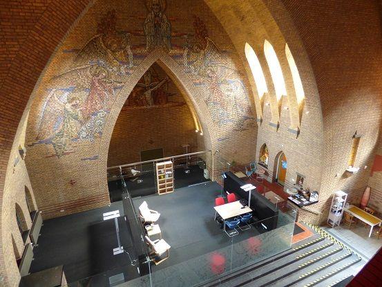 La iglesia Pastoor van Ars de Eindhoven alberga actualmente oficinas, aulas y consultas médicas, pero conserva la estructura original.