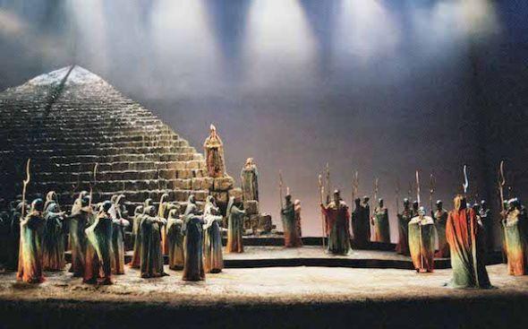 La media pirámide que se reflejaba en un espejo es uno de los elementos que se ha sustituido por una proyección en la nueva versión de Aida de Hugo de Ana para el Teatro Real. Foto: Javier del Real.