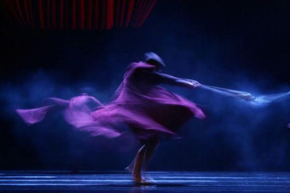 Foto: Un momento de la coreografía 'Por vos muero' de Nacho Duato. Foto: Jesús Vallinas.