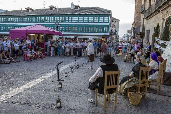 Un momento de la representación de 'Coplas y romances de cordel', en la Plaza Mayor dentro del 41 Festival Internacional de Teatro Clásico de Almagro.