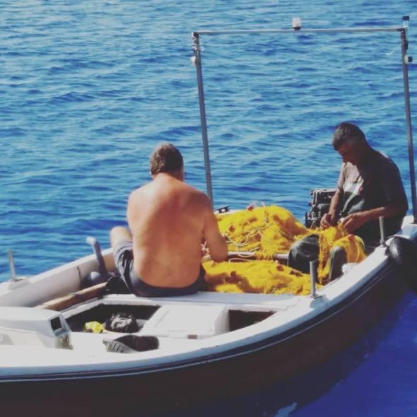 El capitan y Babi desenmallando. Fotografía que se puede ver en el Instagram de la autora donde sigue un diario gráfico de estas crónicas.