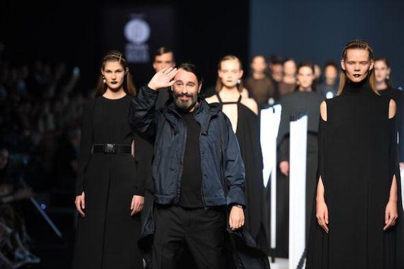 El diseñador Juanjo Oliva que junto algunos de sus modelos realizados con plásticos reciclados.
