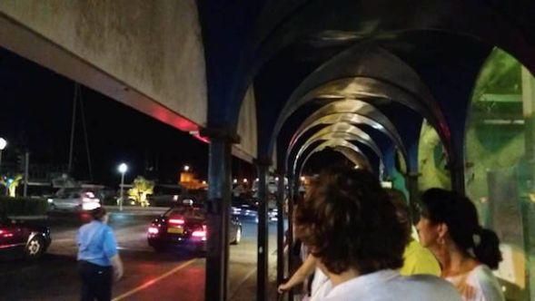 De noche, el puerto de Rhodes todo son brillos, luces y colas esperando un taxi.