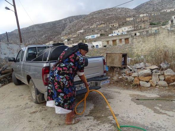 Una de las últimas habitantes de Avlona transporta agua. Foto de Antoni Font.