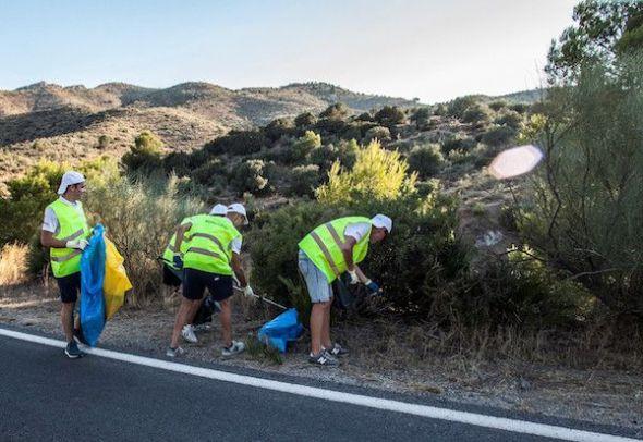 El pelotón verde de voluntarios de Ecovidrio recoge residuos abandonados en el campo en una de las etapas de la Vuelta Ciclista a España.