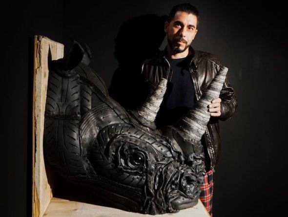 El artista Ángel Cañas con uno de sus rinocerontes en la galería Mad is Mad. Foto: Manuel Cuéllar.