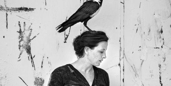 La actriz Camille Decourtye con el cuervo Gus sobre su cabeza. Foto: Francois Passerini.
