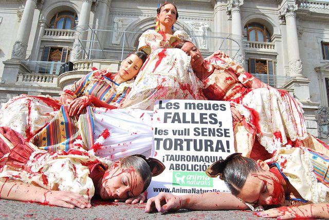 """Protesta antitaurina en Valencia. """"Mis fallas las quiero sin tortura. ¡Tauromaquia abolición!"""" puede leerse en sus pancartas. Foto: animanaturalis"""